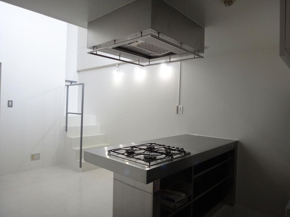 下階はホワイトの空間にステンレスのキッチンが映えています