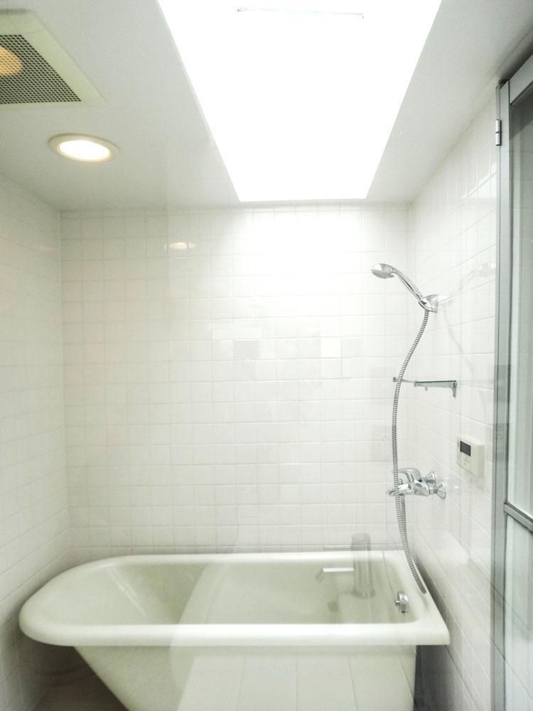 洗面とお風呂の上部はトップライトがあって明るい