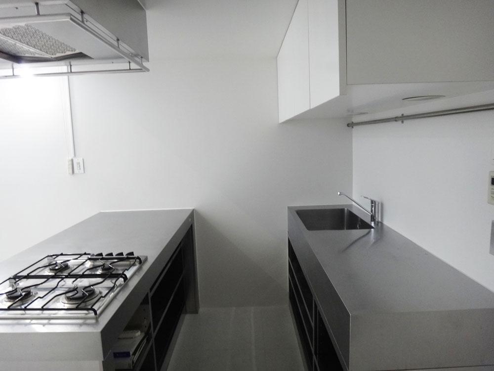 キッチンは2列型。ステンレスでキリッとしています