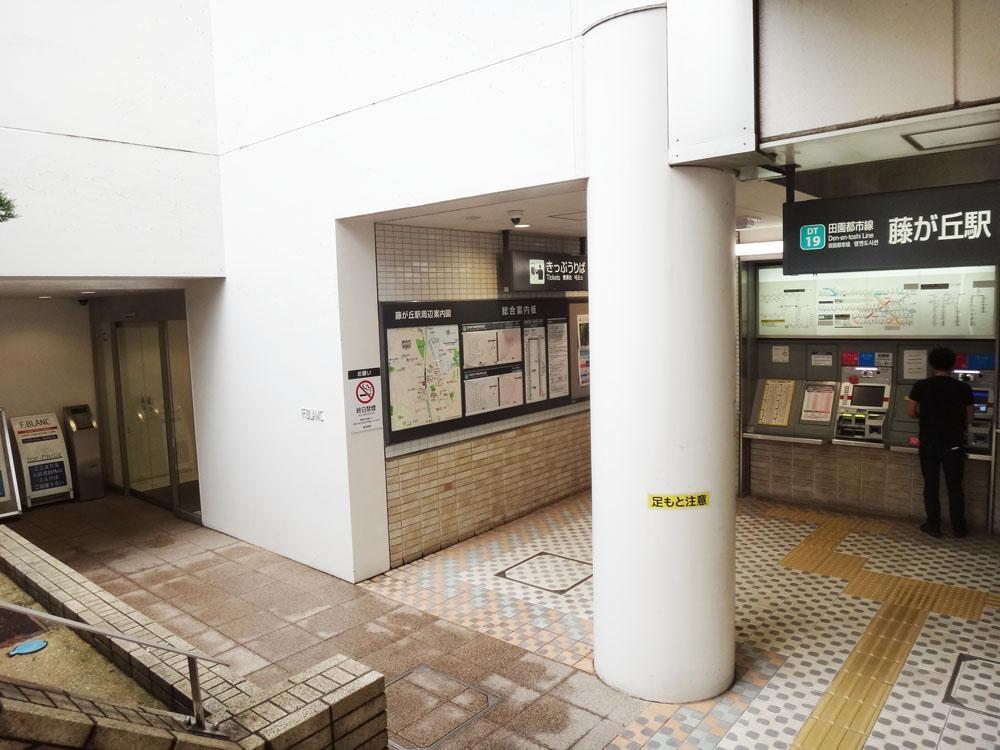 右が駅の改札、左がマンションのエントランスという近さ