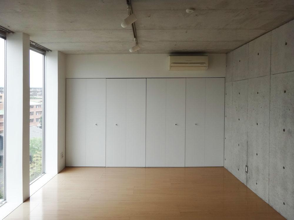 こちらの壁面は収納になっています。