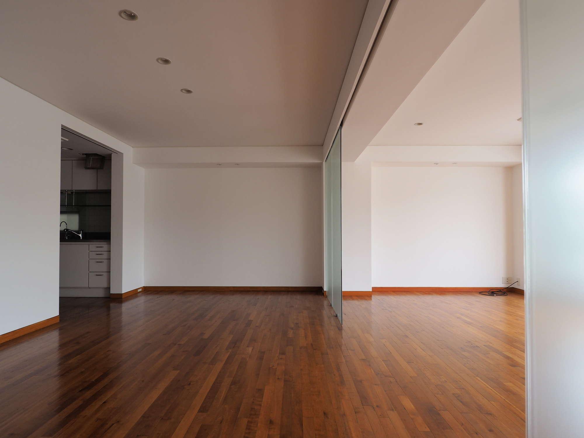左奥にキッチン、ガラスの引戸は撤去も可能