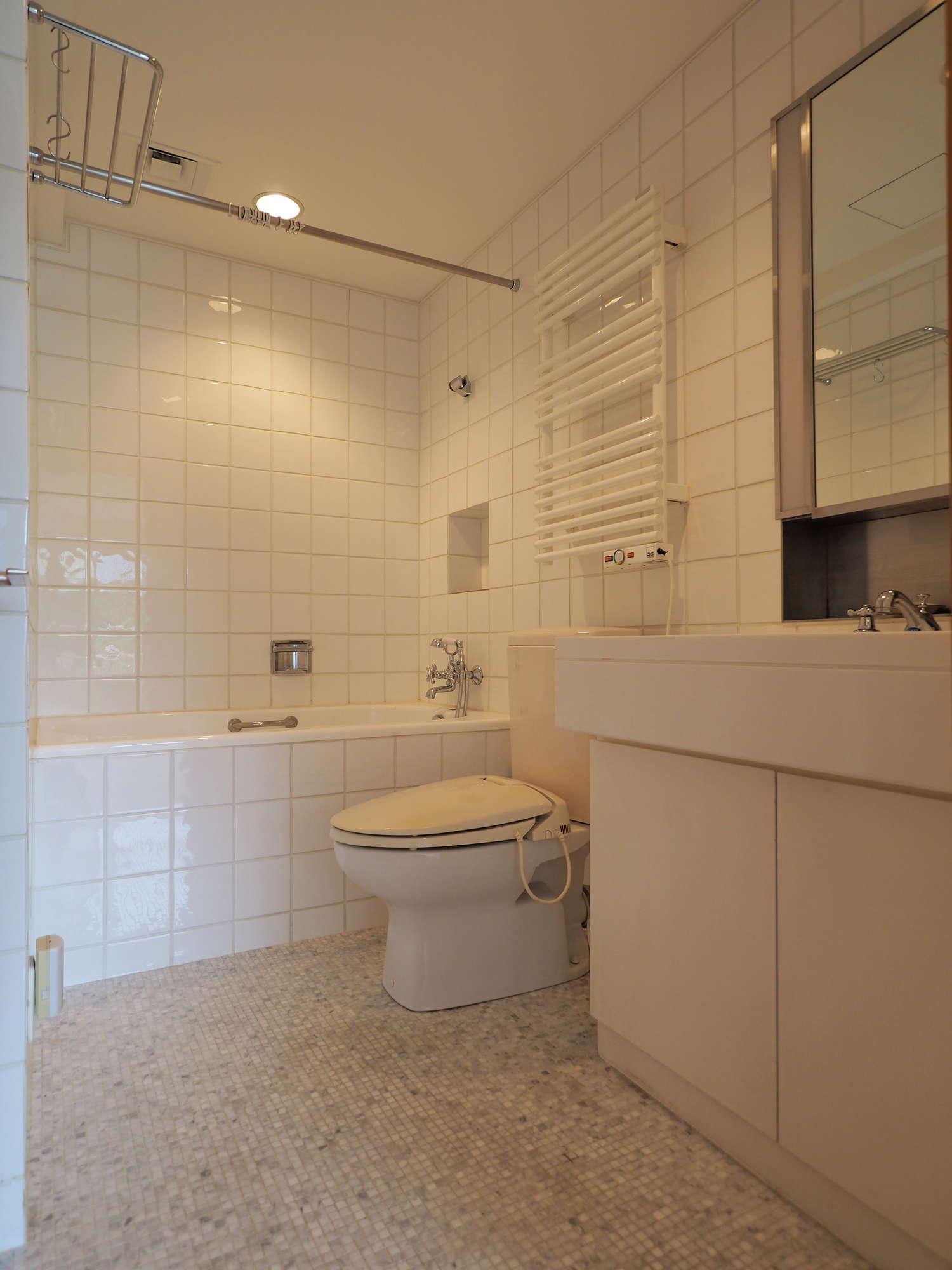 南側洋室に隣接する浴室