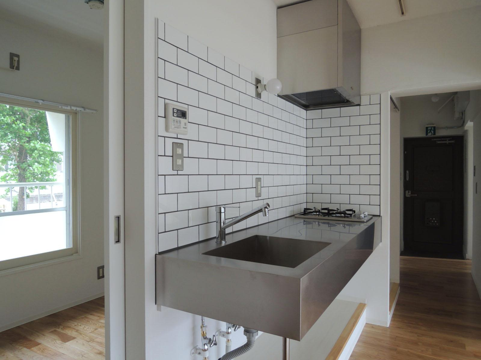 キッチンの裏には、3帖ほどの小さな洋室。