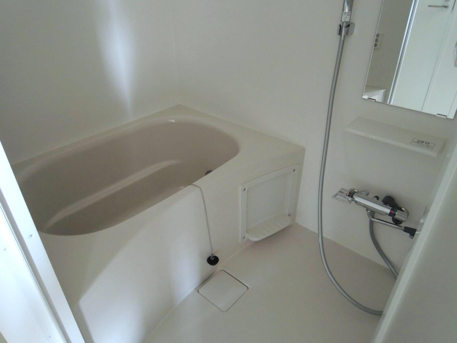 お風呂はわりとコンパクト。
