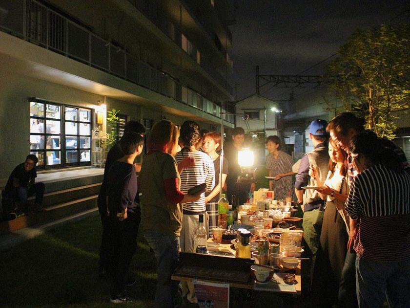 夏の夜の持ち寄り会。季節ごとに住人イベントも企画されます。