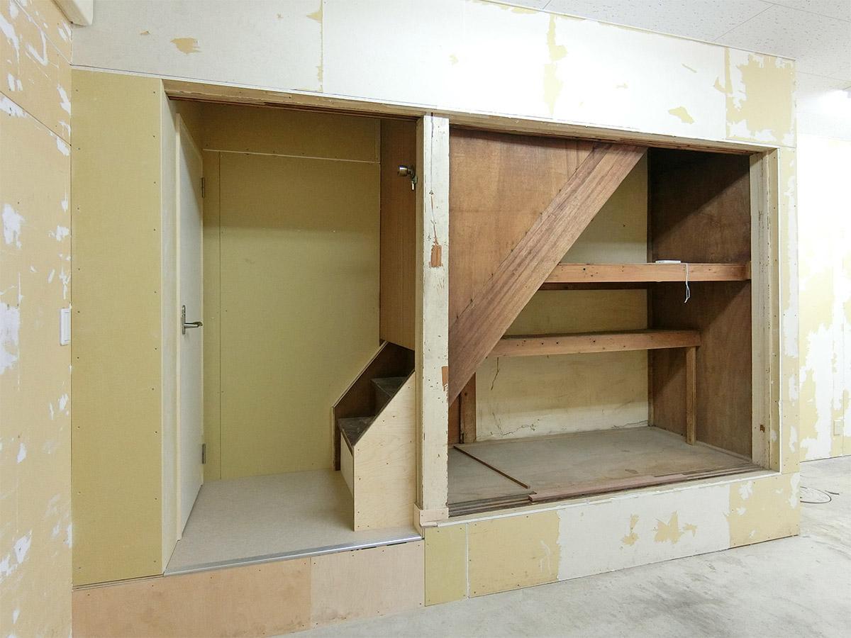 2階への階段は封鎖してあり、階段下が収納になっている