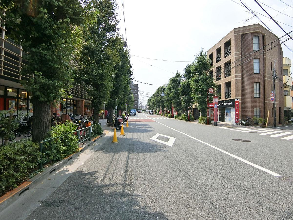上町駅前の通り。人気のスーパーがあり人通りが多い