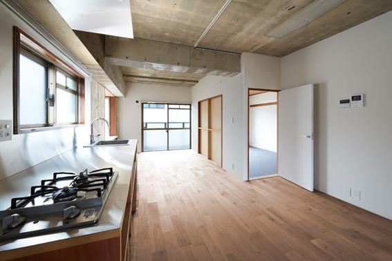 キッチンはちょうど空間の真ん中。隣は洋室です。