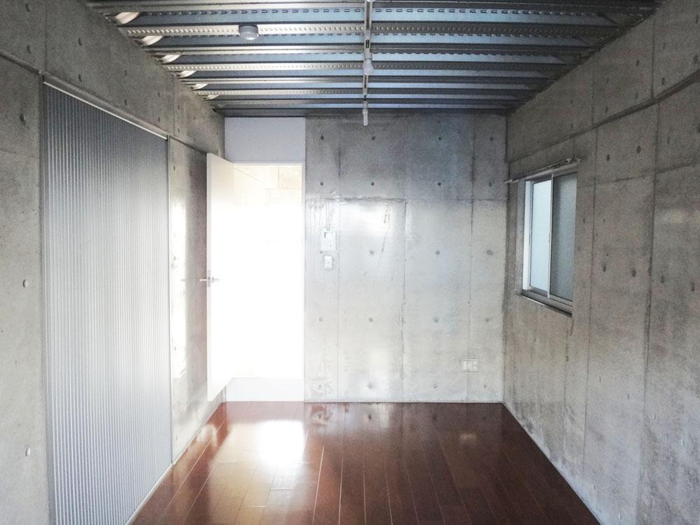 天井のデッキプレートがアクセント。角部屋なので窓が多めです。