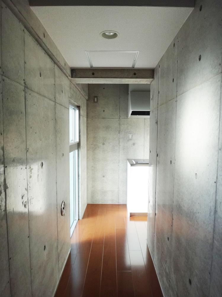 玄関に入ると廊下がのびていて、ガラスブロックの窓からは光が差し込みます。