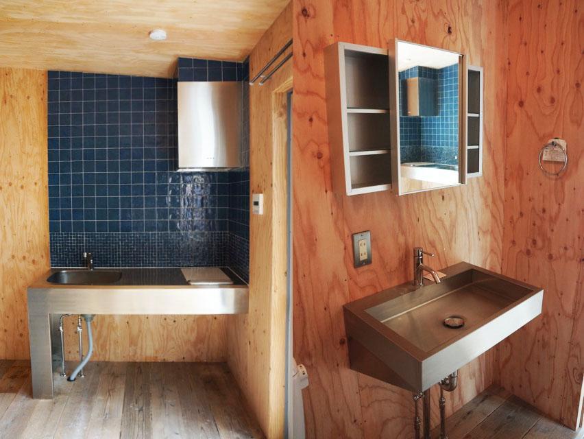 キッチンや洗面はステンレスでシンプル。キッチンのタイルも良い感じです。