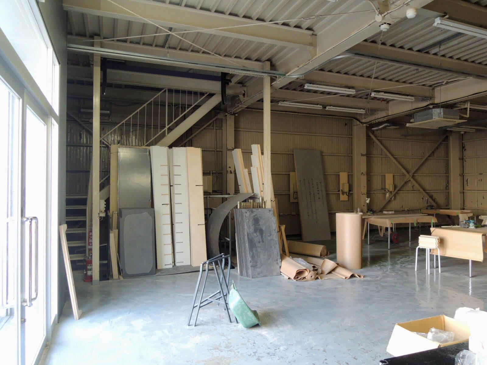 階段前、板が並んだ部分がダムウェーター。荷物の移動に。