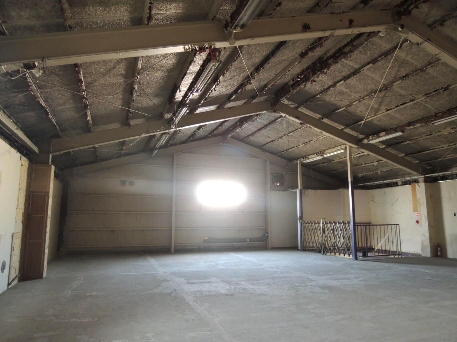 1階より高い天井。大きな照明など下げるとかっこよさが増しそう。