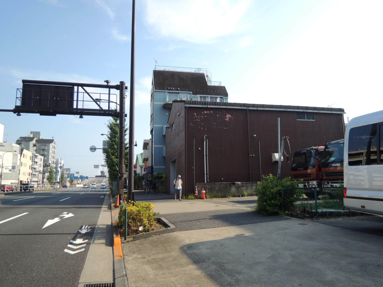 この先、川を渡ればすぐ川崎です。