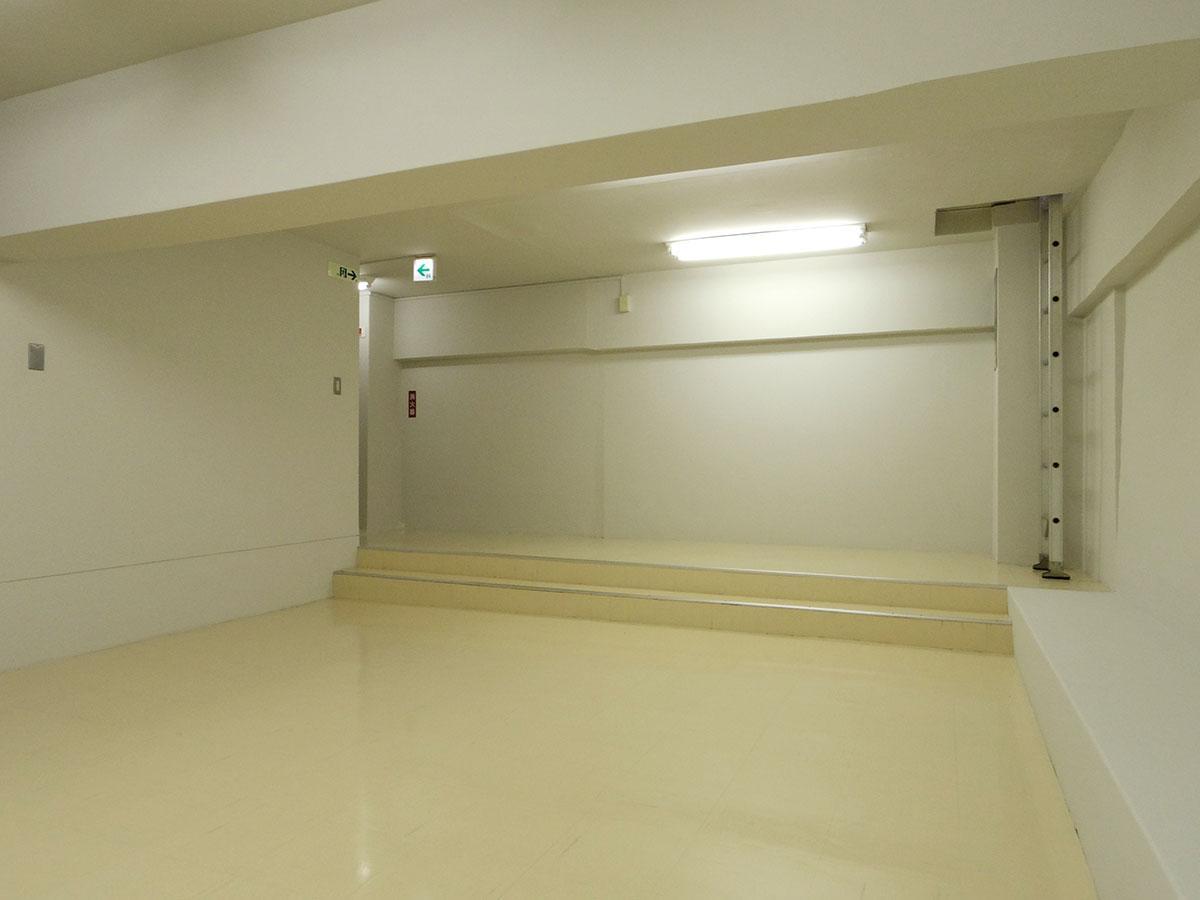 地下室。1階の入り口付近からそのまま荷物をおろせるハシゴもあります