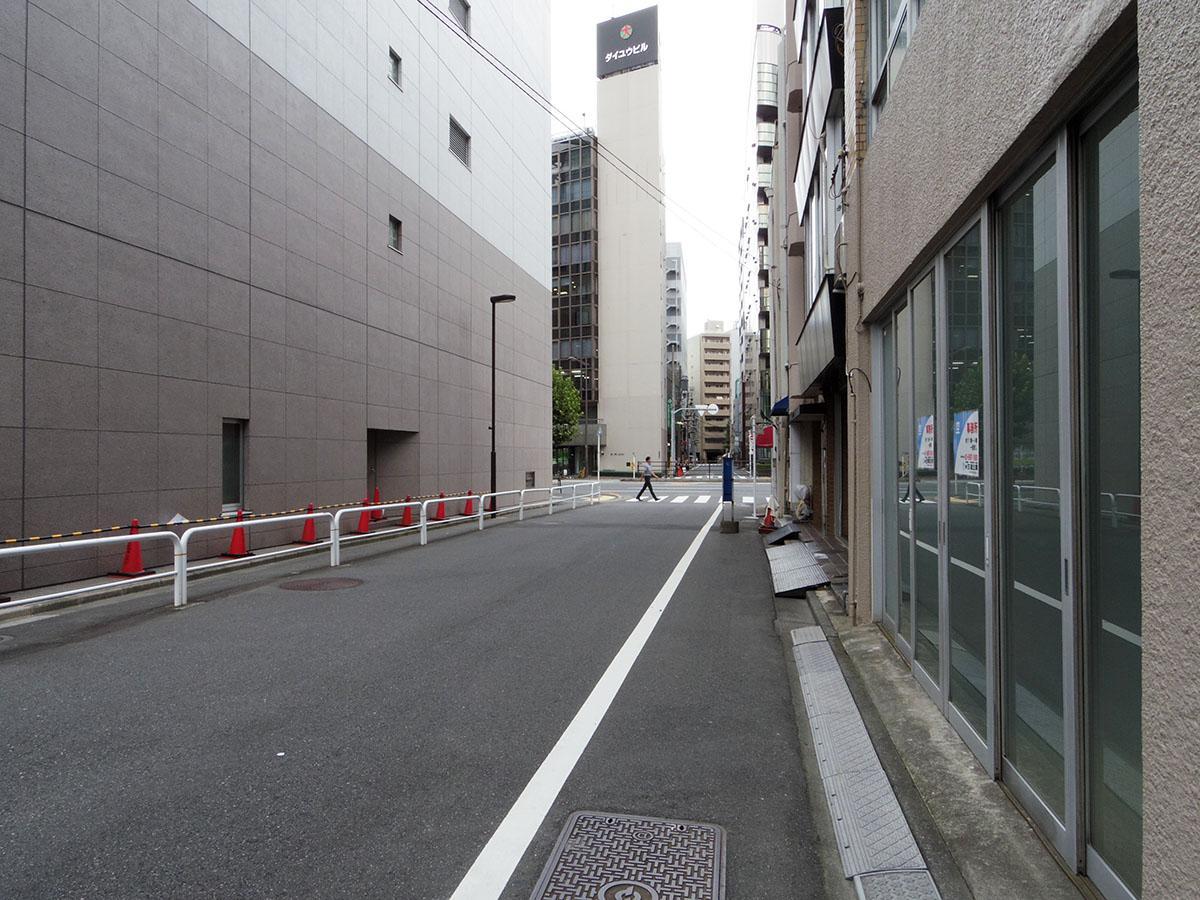 建物前の通り。一時的に車を横付けして、荷さばきできるくらいの幅はあります