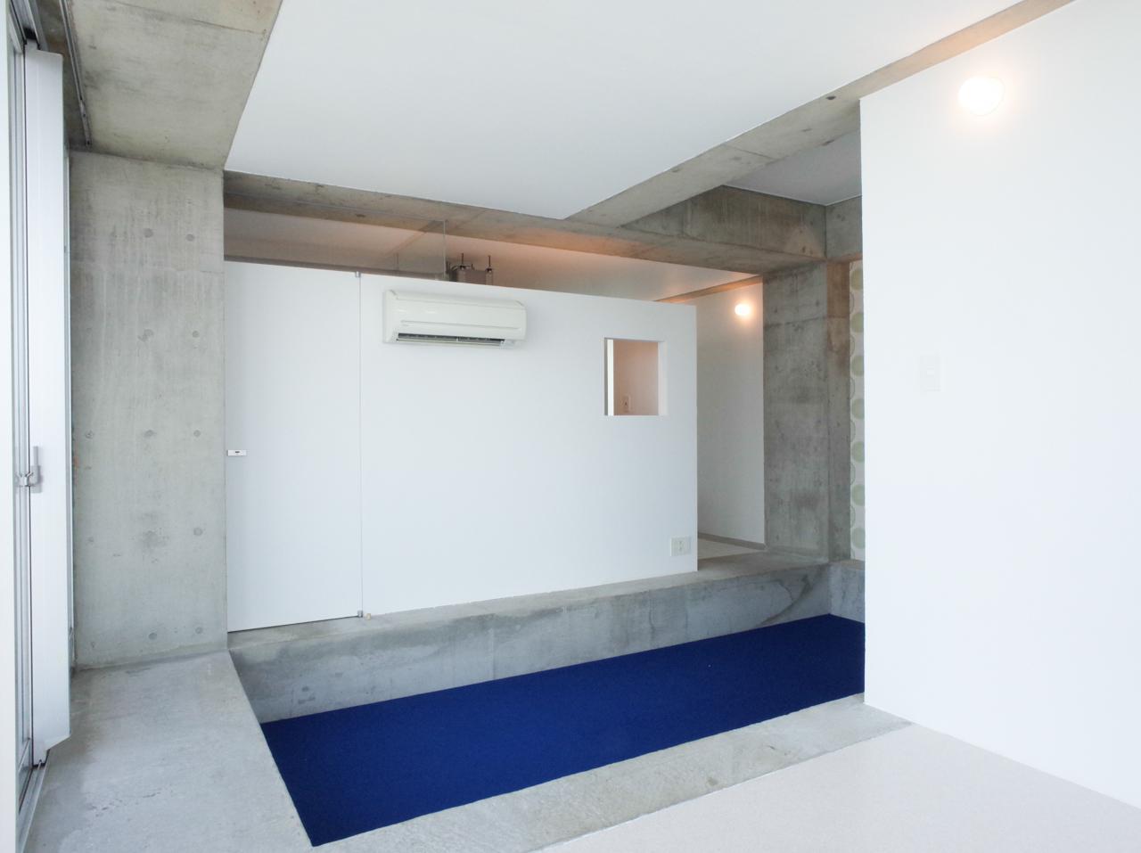一段下がった床は、ちょうど腰掛けていい高さ。目線も変わって見える景色が違います
