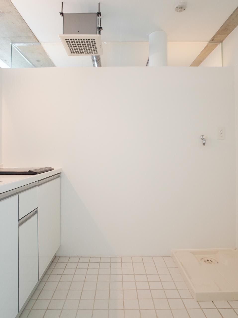 キッチンの床はタイル。上部が空いていてつながっている感じが少し開放的