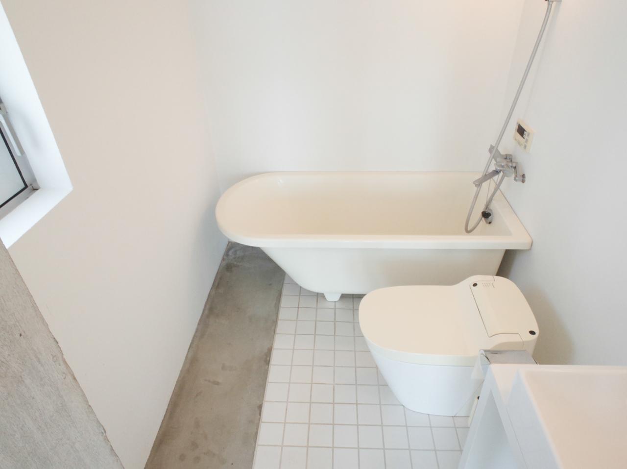 水まわりは同一空間で、お風呂はバスタブの上にシャワーが付いています