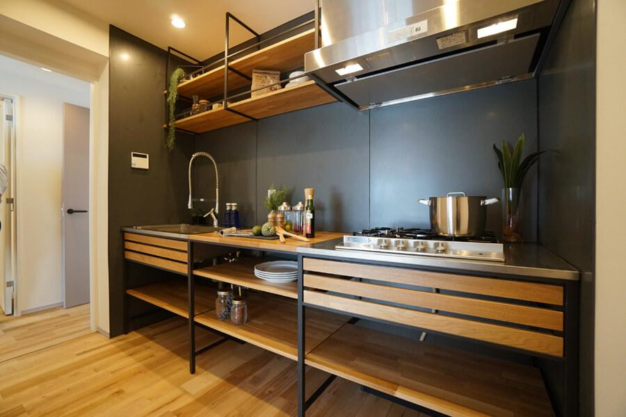 木がいい雰囲気のキッチン。オープンな収納も使いやすそうです。