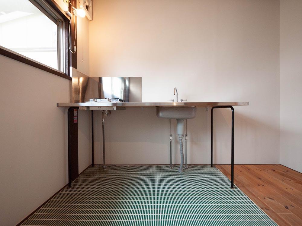 キッチンはステンレスで、シンプルかつ軽やかです。