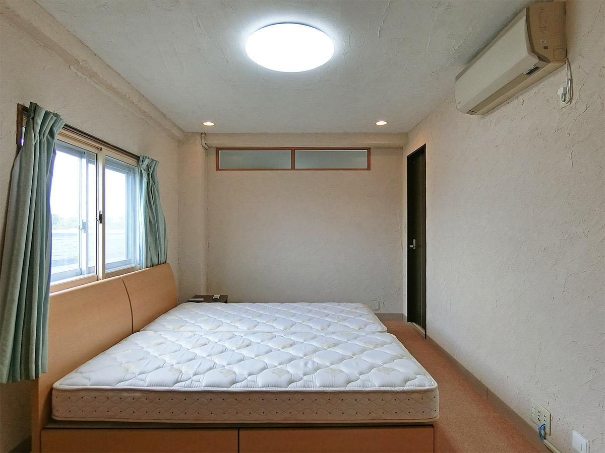 約9.5畳洋室:キングサイズも余裕を持って置けます