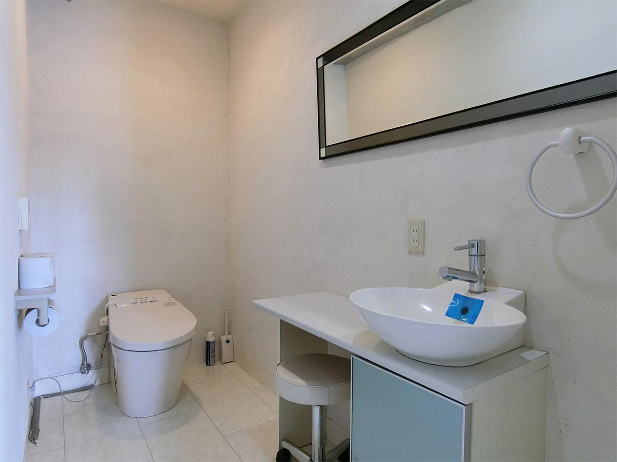 客用トイレ