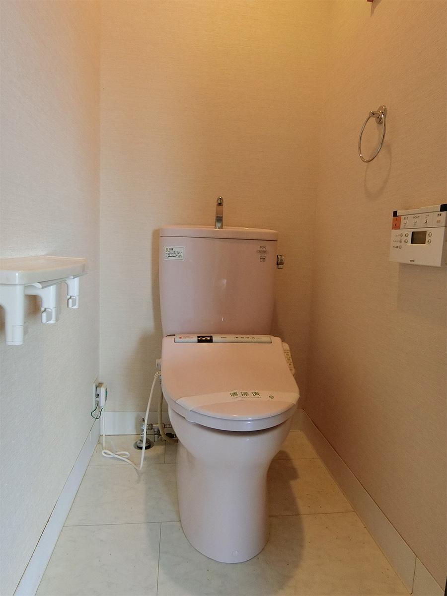 約9.5畳の洋室にあるトイレ
