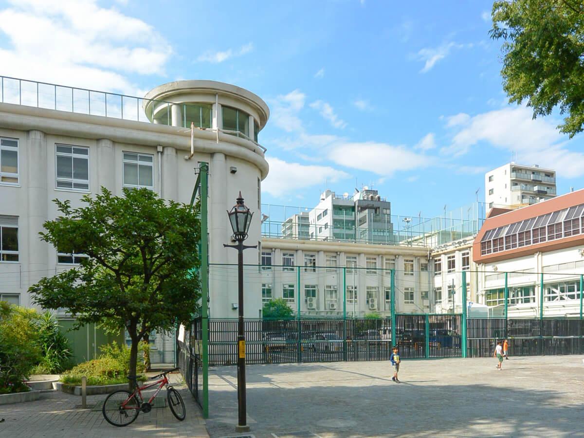 昭和3年築の元学校。手前はかつての校庭。今は児童公園になっている