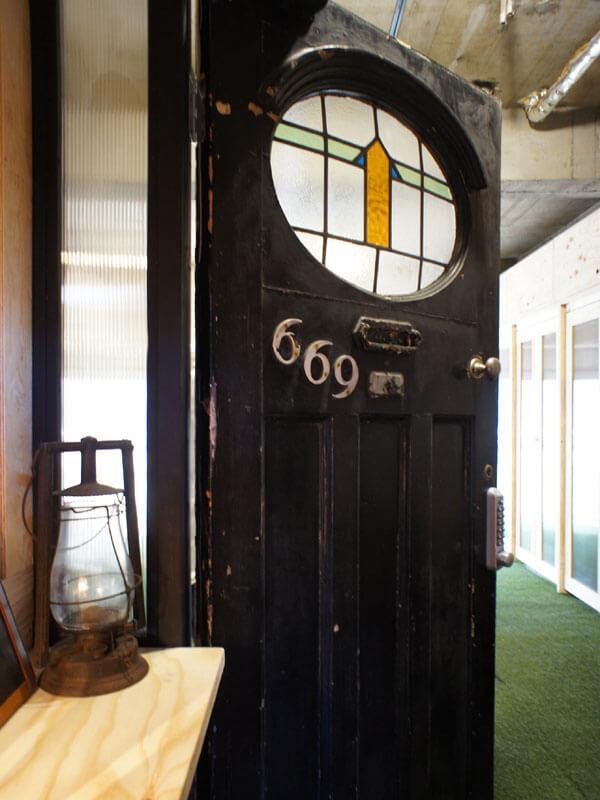 イギリスのアンティーク扉が男前