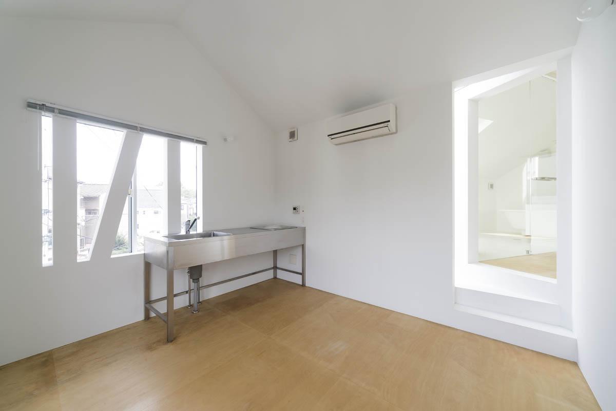 ミニマルなキッチンのみのシンプルな空間