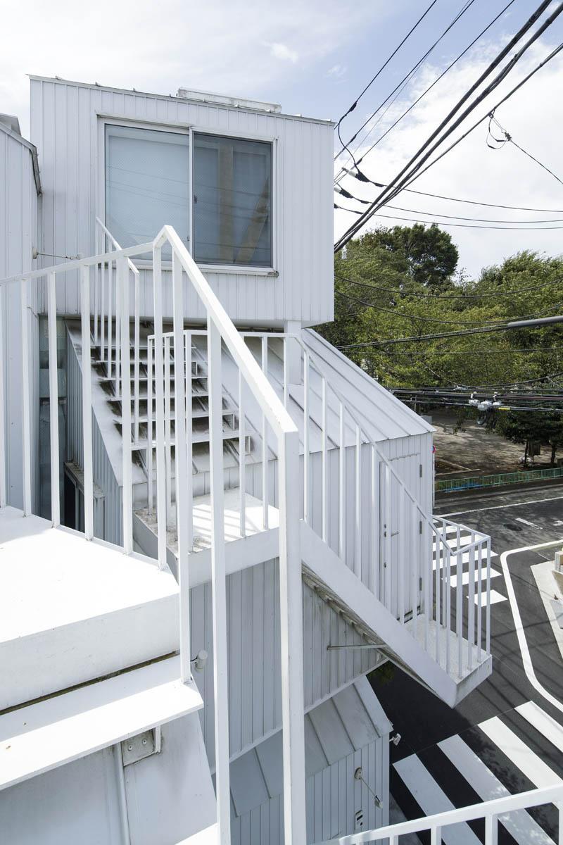 外階段を上って玄関へ、というアプローチも独特