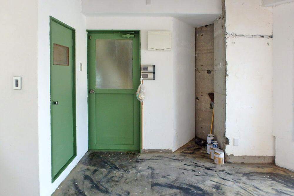 いい具合の緑に塗られた建具たち