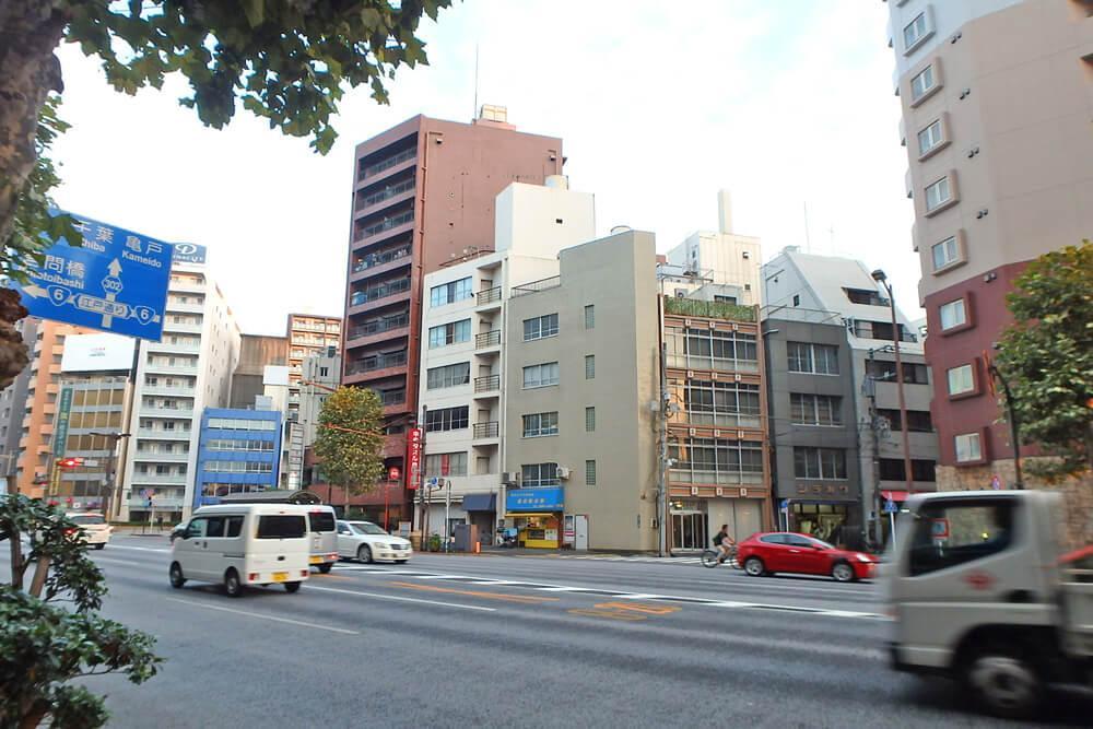 靖国通りに面した視認性のいいビルです