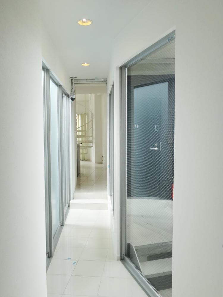 廊下は両側窓になっていて解放的です。