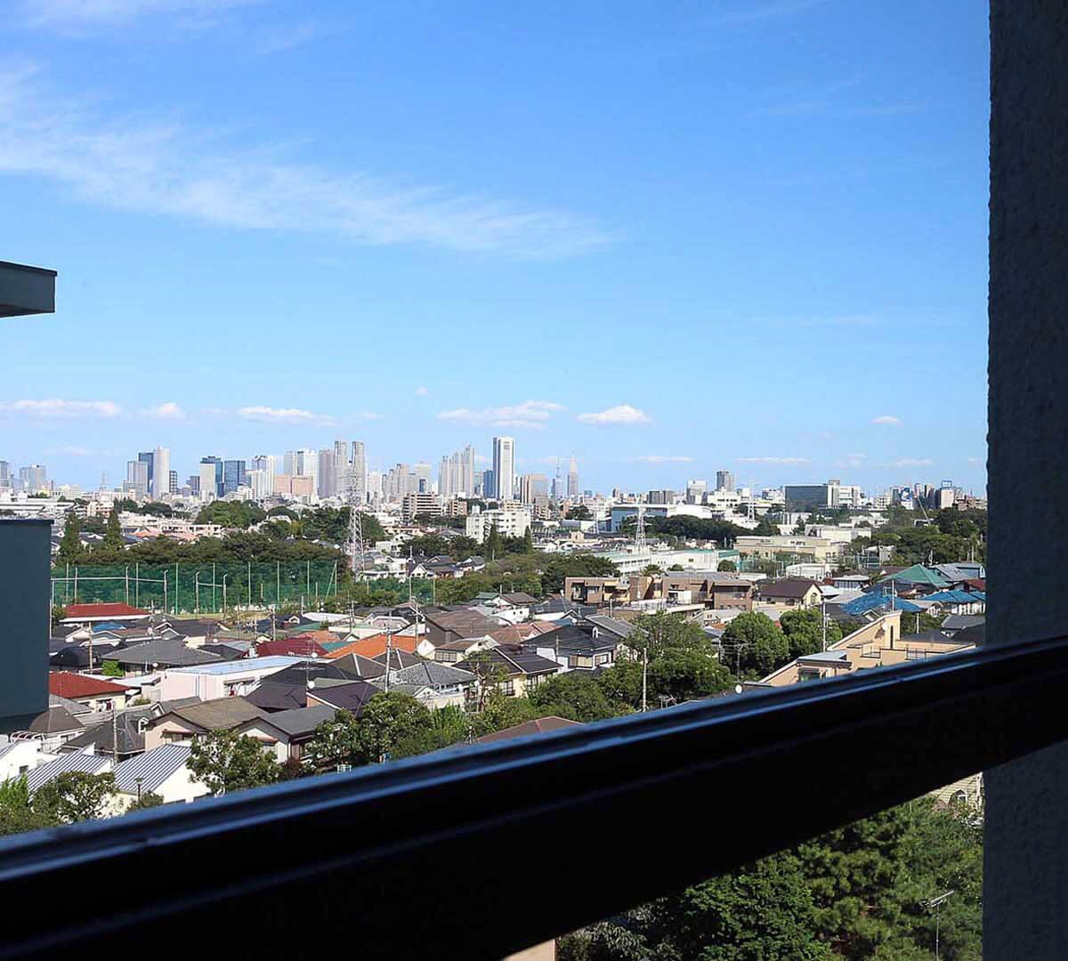 奥の窓から新宿方面の眺め