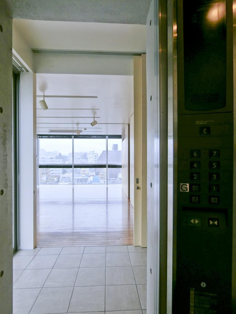 エレベーターの扉が開くと、すぐに部屋