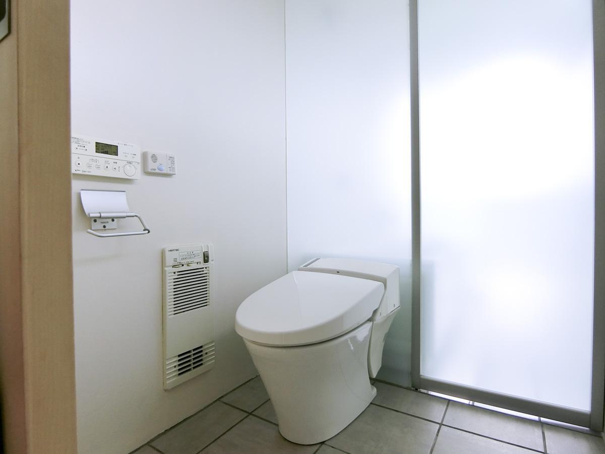 トイレ:奥は浴室とつながっています