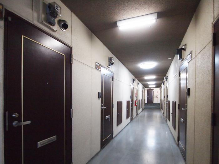 廊下。かなりの世帯数のマンション