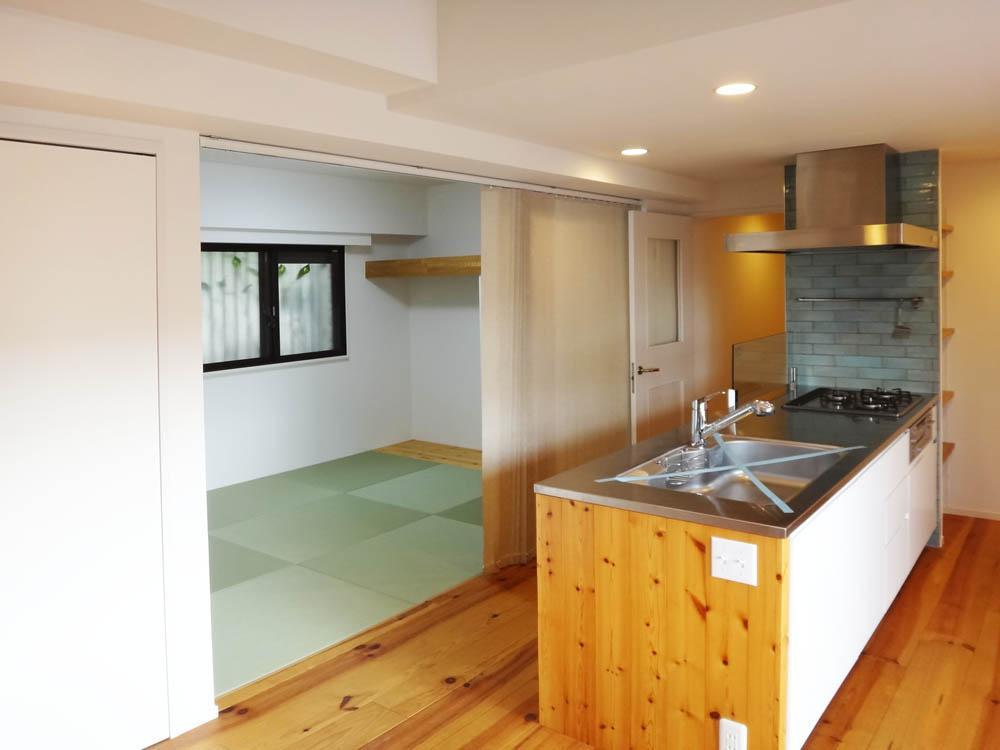 キッチン目の前は和室です。和室とは縦型のブラインドで仕切る仕様。