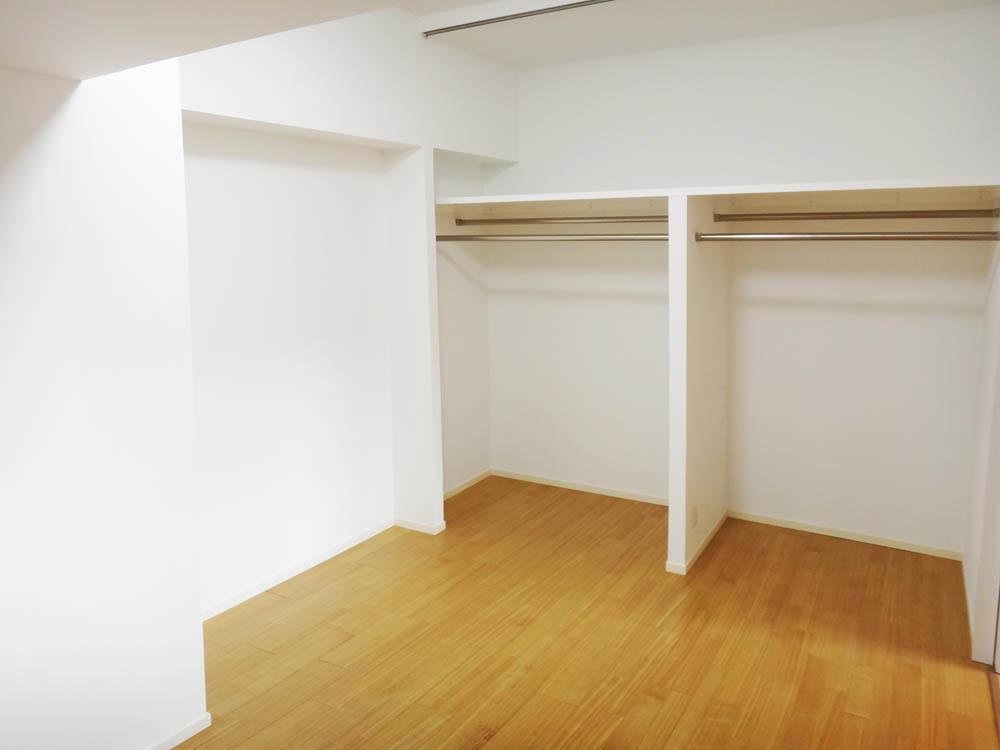 奥の洋室にはオープンの収納、目隠しのカーテンがつけられるようなパイプがついています。