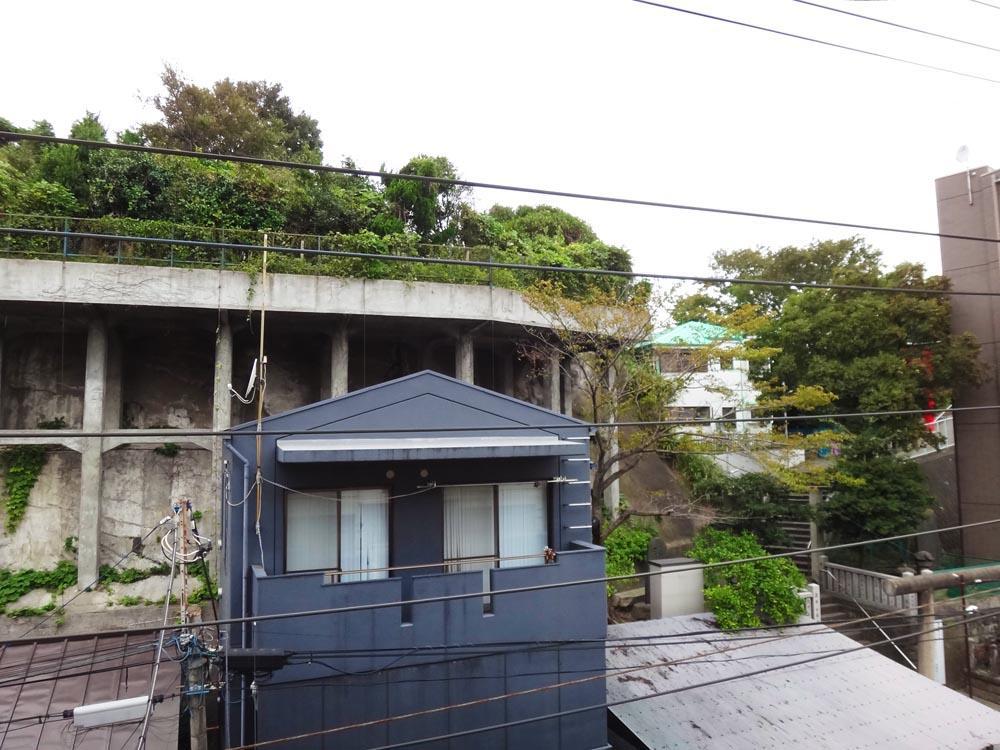 バルコニーからは緑が見えます。真下が旧東海道、右手奥は浅間神社です。
