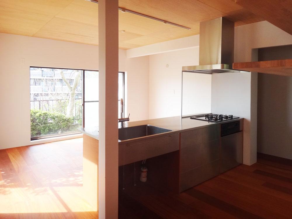 ダイニング・キッチンの開口部はワイドサッシで迫力があります。