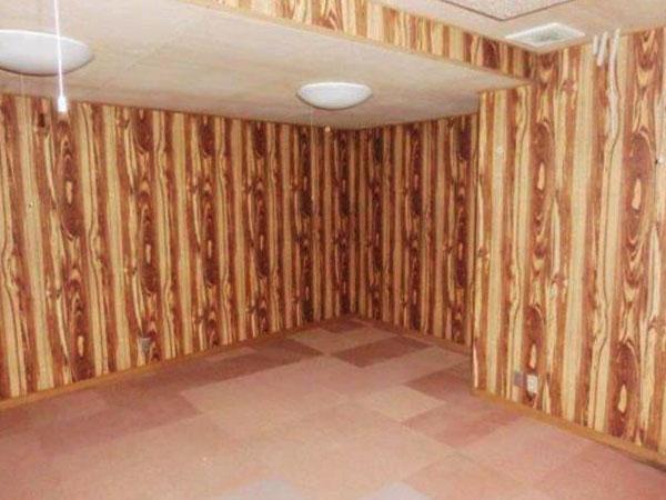 地下は木目のコントラストが印象的な壁面です。