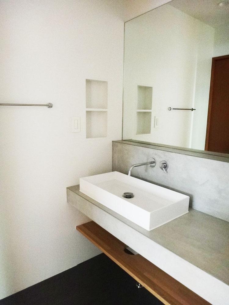 1階の洗面。大きな鏡とモルタルのカウンターがスッキリしていて良いです。