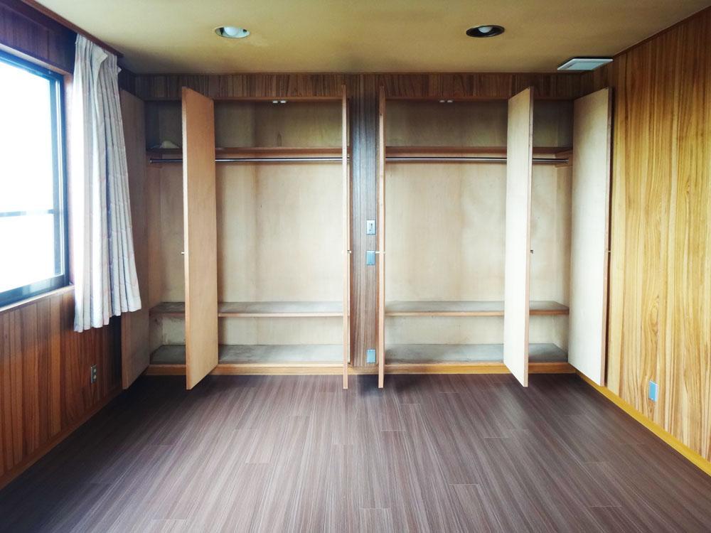 2階、奥の約10帖の洋室。片側1面は収納です。