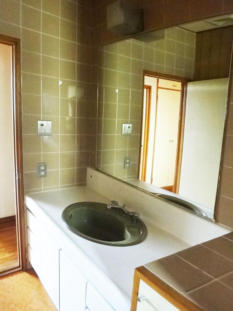 2階の洗面は1階と比べるとレトロです。