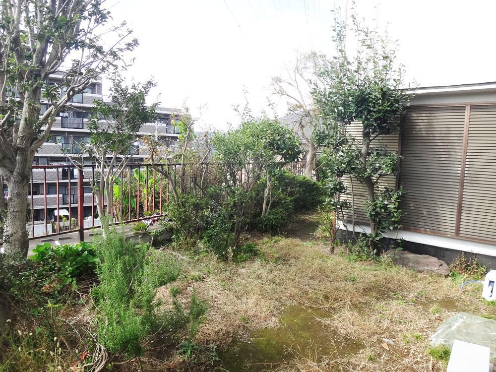 庭の先は段差になっていて、建物がないので視線が抜けています。