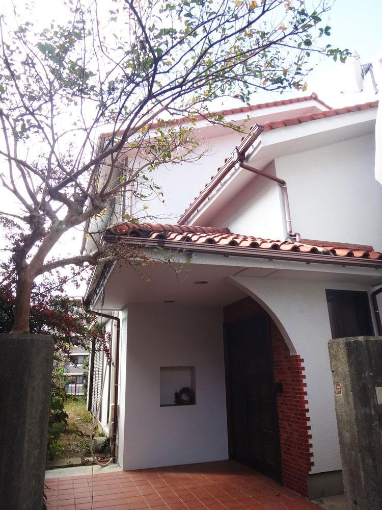 白い外観に瓦屋根、タイルのコントラストがとても良いです。